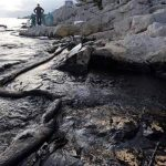"Derrame de 40 mil litros de petróleo en isla Guarello: comunidad Kawésqar acusa que afecta ""las bases fundamentales de su cultura"""